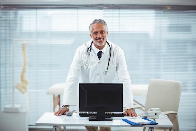 Portrait de docteur à son bureau en clinique