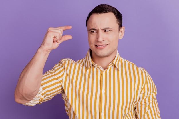 Portrait de doigts de gars incertains détiennent un petit regard suspect d'espace vide sur fond violet