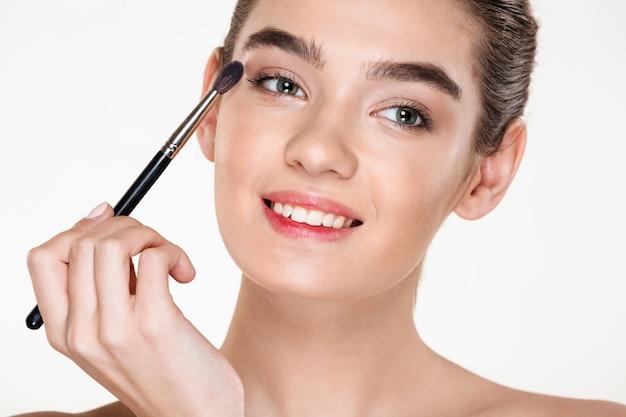 Portrait, de, doux, jolie femme, à, peau saine, demande, maquillage, peinture, yeux, à, brosse