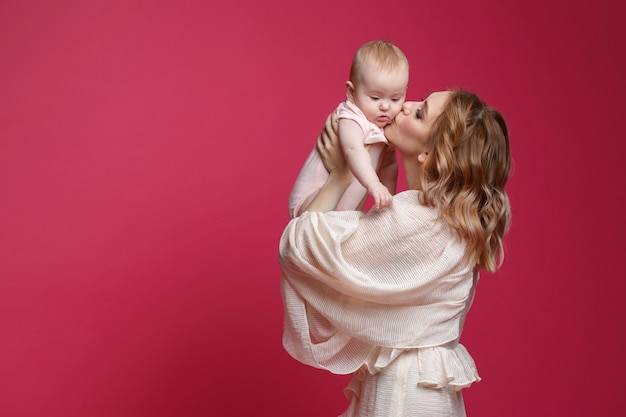 Portrait doux de maman avec bébé