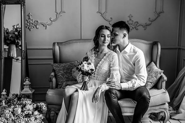 Portrait doux de la mariée et le marié dans une robe de mariée en dentelle de style bohème.