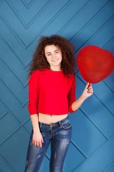 Portrait de drôle de fille brune sur fond bleu