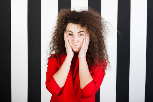 Portrait de drôle de fille brune sur fond rayé