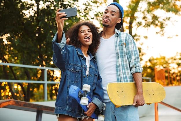 Portrait d'un drôle de jeune couple africain
