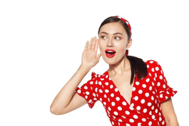 Portrait d'une drôle de jeune femme émotionnelle. style de pin-up.