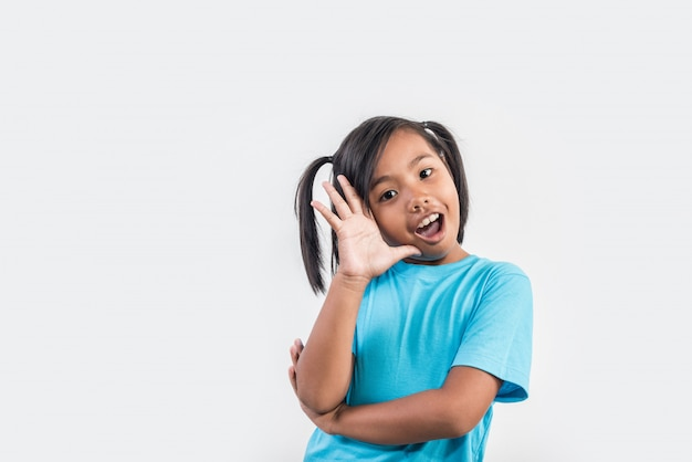 Portrait de drôle petite fille agissant en studio shot