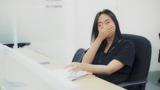 Portrait drôle d'une secrétaire retenant le rire en plaisantant avec ses amis