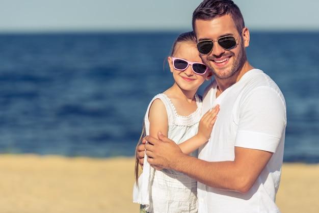Portrait du beau jeune papa et sa mignonne petite fille.