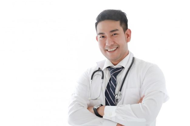 Portrait du docteur asiatique à l'hôpital blanc