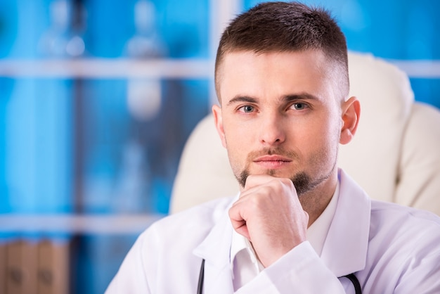 Portrait du docteur mâle confiant