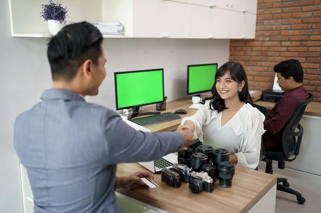 Portrait du locataire de l'objectif. qui veut payer par carte de crédit et est assisté par le service client