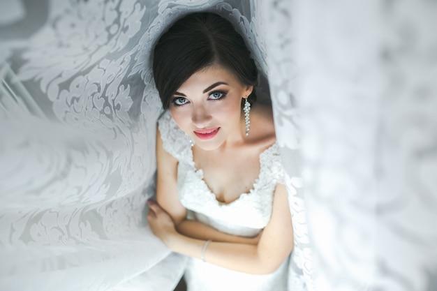 Portrait du matin d'une belle mariée avec une grande lumière du jour.