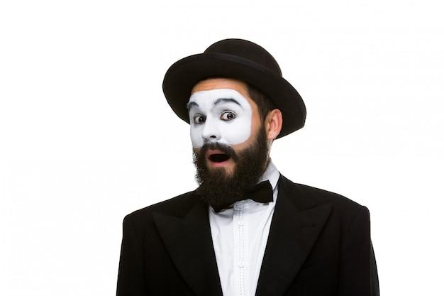 Portrait du mime surpris avec la bouche ouverte