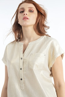 Portrait du modèle sur fond blanc