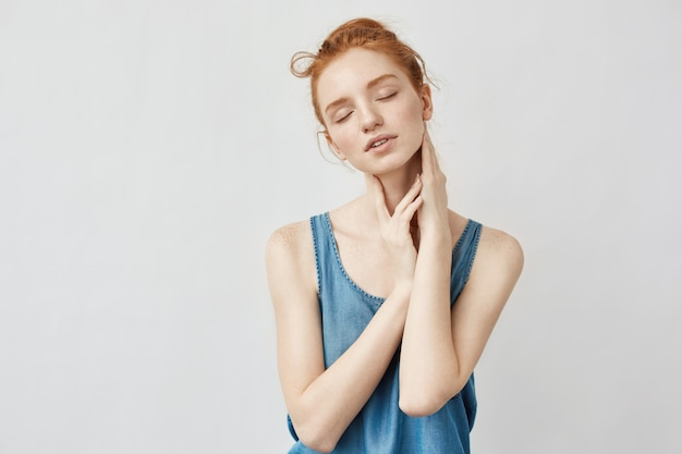Portrait du modèle foxy posant avec les yeux fermés.