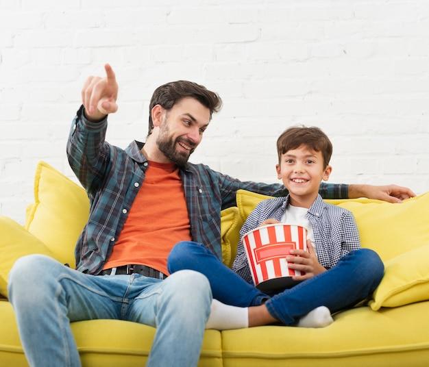 Portrait du père et du fils assis sur un canapé