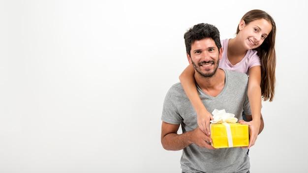 Portrait du père et de la fille à la fête des pères