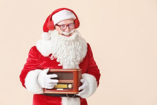 Portrait Du Père Noël Avec Récepteur Radio Rétro Photo Premium