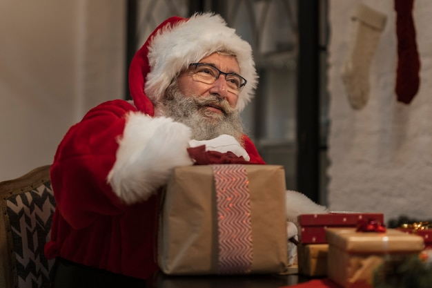 Portrait du père noël tenant un cadeau