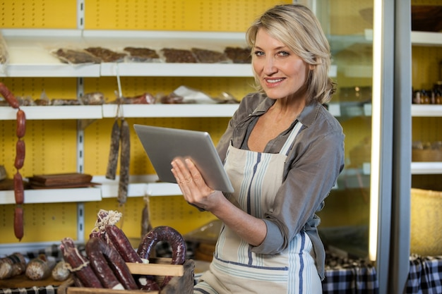 Portrait du personnel féminin à l'aide de tablette numérique au comptoir