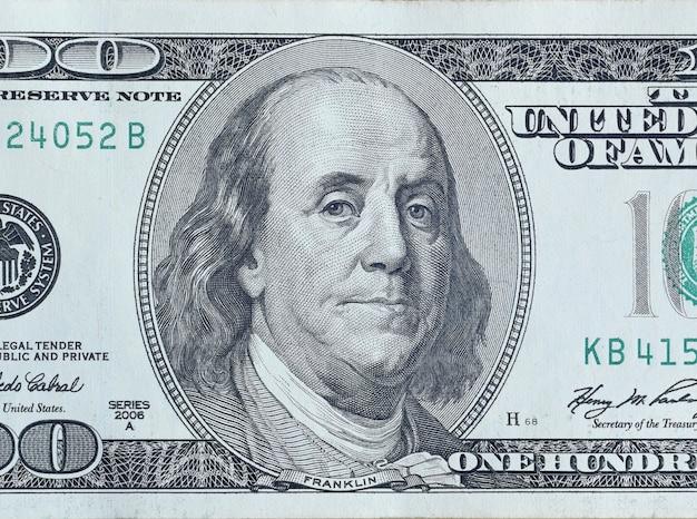 Portrait du président américain benjamin franklin sur un billet de 100 dollars