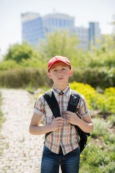 Portrait d'un écolier dans la nature