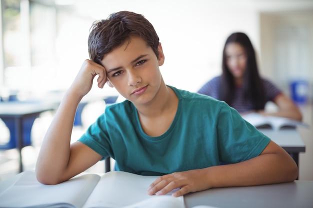 Portrait d'écolier étudiant en classe