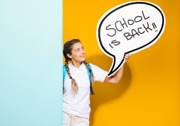 Portrait d'une écolière avec bulle de dialogue