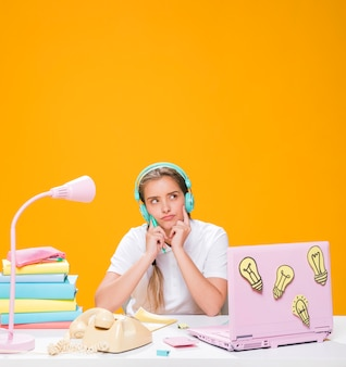 Portrait d'écolière étudiant avec ordinateur portable