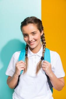 Portrait d'écolière sur fond jaune et bleu