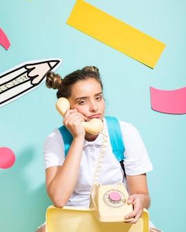 Portrait d'écolière sur un fond de memphis