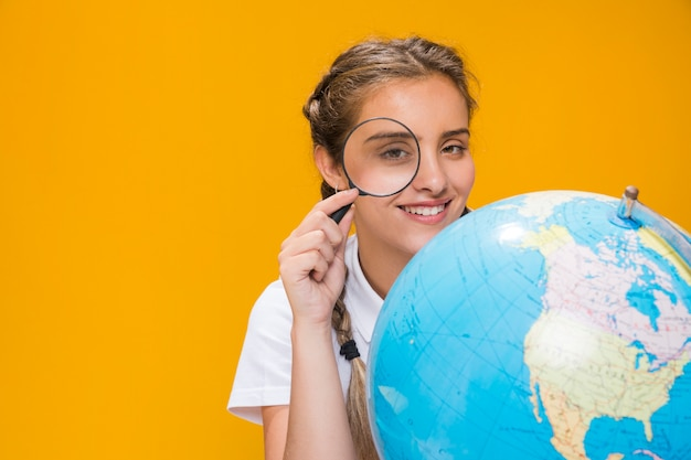 Portrait d'écolière avec un globe