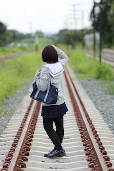Portrait d'écolière japonaise avec parc de campagne