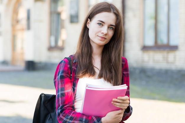 Portrait d'écolière avec livre en ville