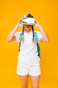 Portrait d'écolière avec des lunettes vr