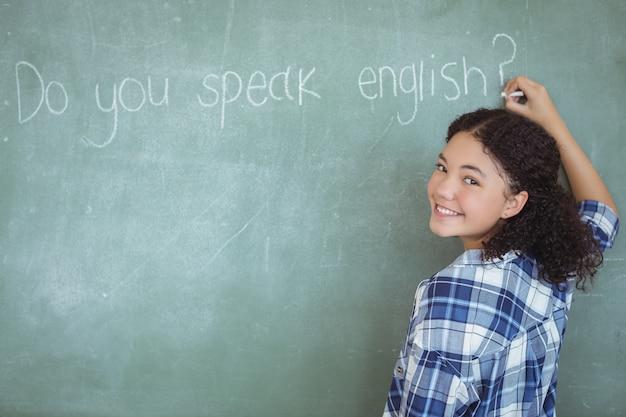Portrait d'écolière se faisant passer pour un enseignant en classe