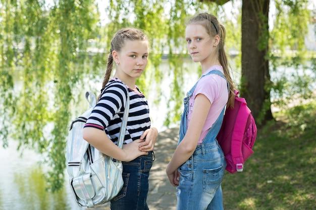 Portrait d'écolières dans la nature