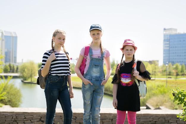 Portrait d'écoliers heureux