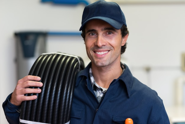 Portrait d'un électricien souriant au travail