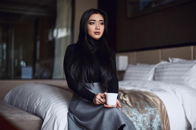 Portrait, de, élégant, beau, femme affaires, dans, chambre d'hôtel