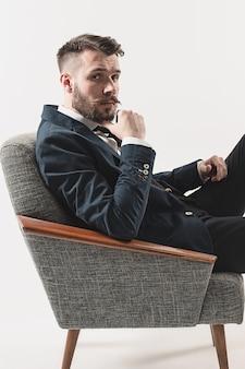 Portrait d'élégant beau jeune homme