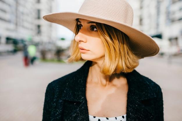 Portrait d'élégant élégant chapeau de femme blonde cheveux courts posant