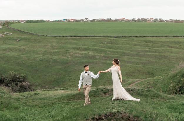 Portrait élégant heureux jeunes mariés dansant