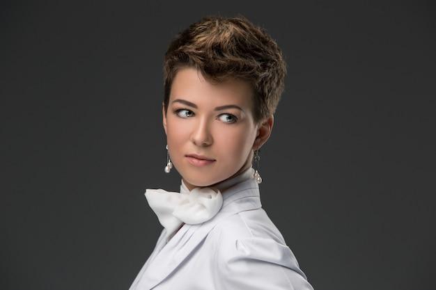 Portrait d'un élégant jeune docteur en blouse blanche