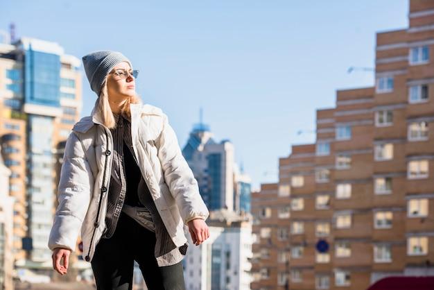 Portrait, de, élégant, jeune femme, debout, devant, bâtiments