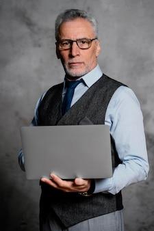 Portrait élégant vieil homme en costume