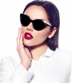 Portrait de l'élégante belle jeune femme avec des lunettes de soleil