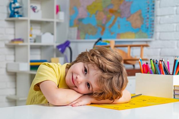 Portrait d'élève de l'école primaire à l'intérieur de l'étude à domicile