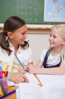 Portrait d'élèves heureux travaillant ensemble sur une mission