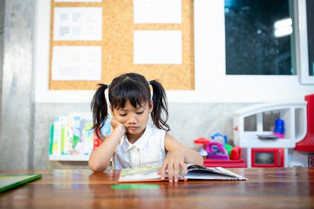 Portrait d'élèves regardant une leçon de lecture de page